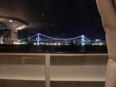 窓に橋とバーカウンター.jpg